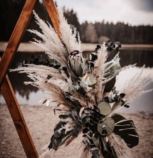 Triangel mit Blumengesteck
