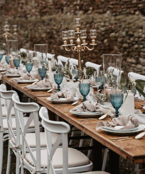 Crossback Stuhl Weiß mit braunem Tisch mieten