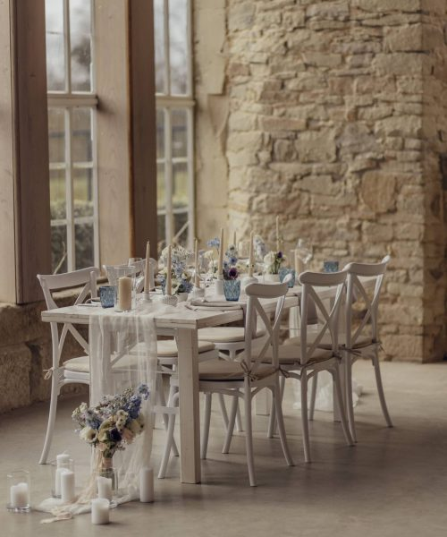 Crossback Stuhl mit weißem Tisch mieten