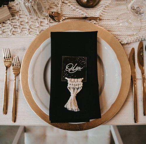 Tisch weiß eingedeckt