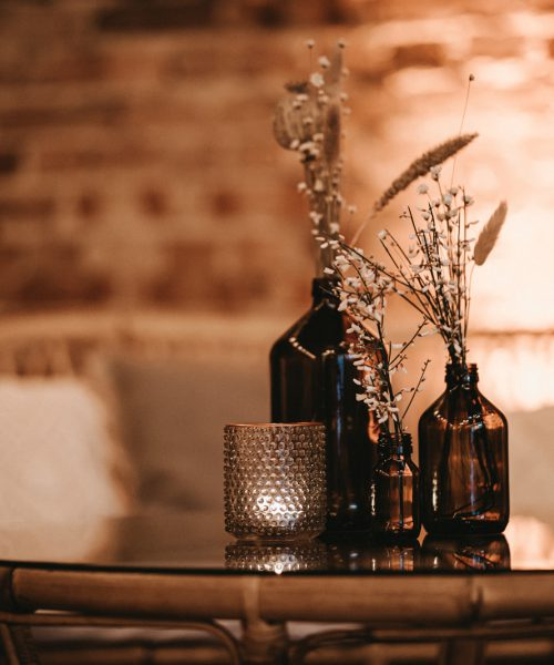 Tisch Loungemöbel mit Vasen